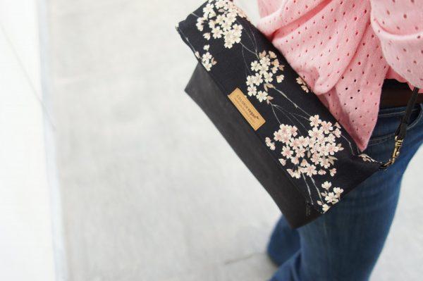handtasche schwarz kork kirschblüten detail3