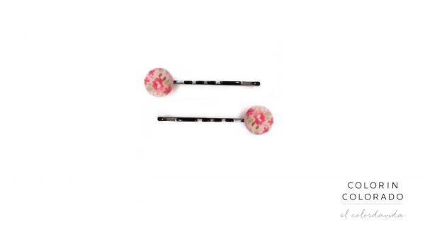 Set Pins with flowers and green leafs on pink